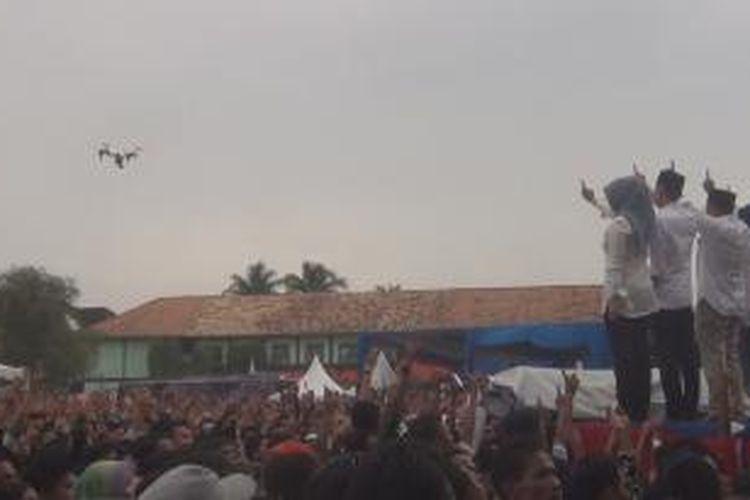helmy yahya - muchendi mahzareki ditengah ribua massa dalam kampanye akbar bertajuk pesta rakyat di lapangan sepak bola tanjung raja ogan ilir sumsel
