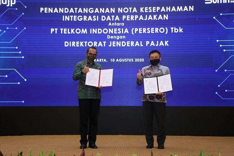 Direktur Jenderal Pajak Suryo Utomo (kiri) dan Direktur Utama Telkom Ririek Adriansyah (kanan), usai menandatangani Nota Kesepahaman Integrasi Data Perpajakan antara Telkom Indonesia dan Direktorat Jenderal Pajak, di Jakarta, Senin (10/8/2020). Penandatanganan Nota Kesepahaman ini merupakan kelanjutan program Integrasi Data Perpajakan yang telah diimplementasikan melalui e-Faktur host-to-host sejak Sabtu (1/12/2018).