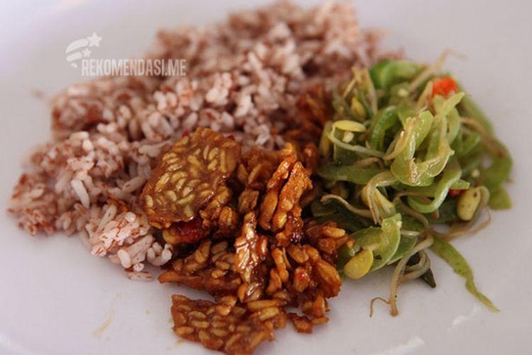 Nasi merah, sayur, tempe orek.
