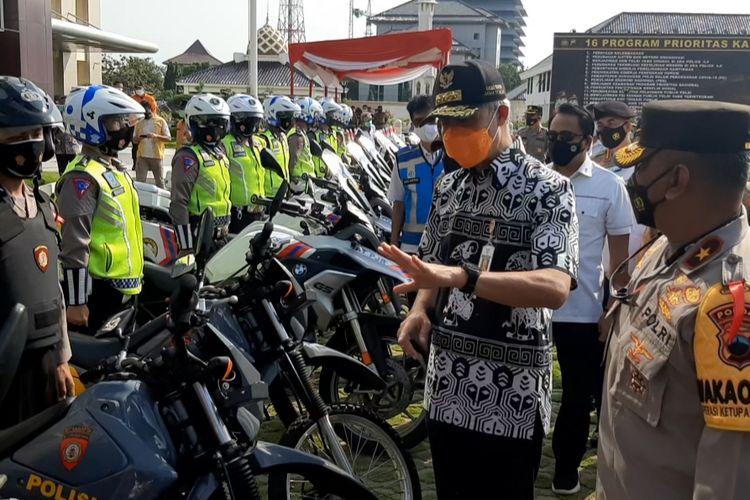 Gubernur Jawa Tengah Ganjar Pranowo bersama Wakapolda Jateng Brigjen Abioso Seno Aji usai memimpin Apel Gelar Pasukan Operasi Ketupat Candi 2021, di Halaman Apel Mapolda Jateng, Rabu (5/5/2021).