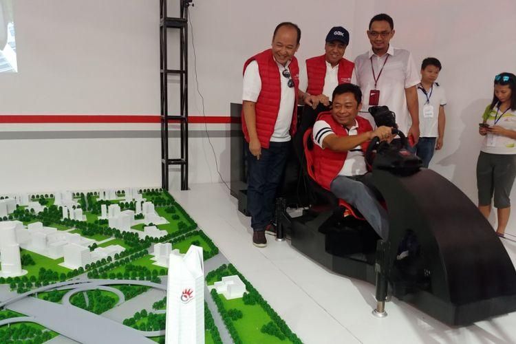 Dirut Telkomsel, Ririek Adriansyah (duduk memegang stir) menjajal teknologi remote driving yang mengandalkan koneksi 5G yang minim latensi.