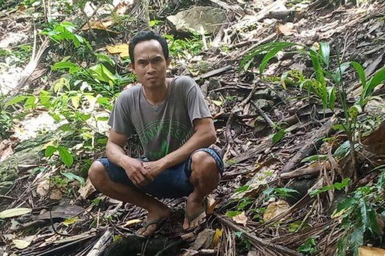Ario Permadi di kebun jati milik keluarganya yang kini masuk kawasan hutan lindung.