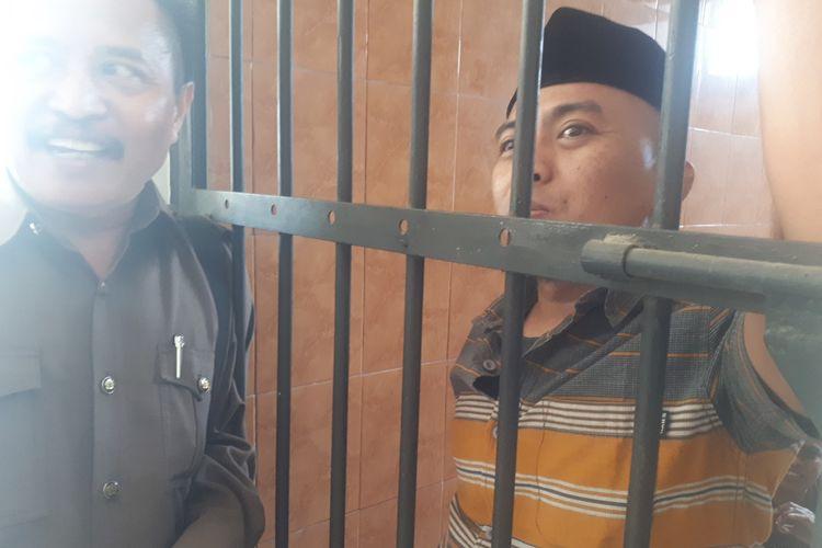 Kadir (kanan) saat berada di kantor Kejari Kabupaten Probolinggo.