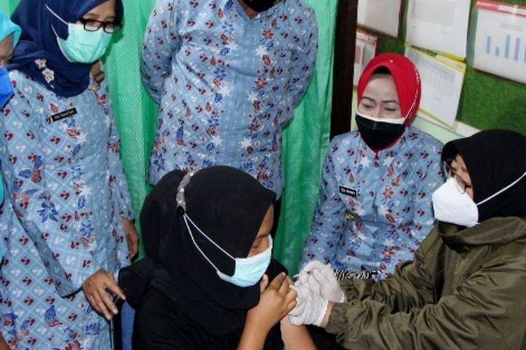 Bupati Brebes Idza Priyanti meninjau vaksinasi ibu hamil di Puskesmas Klikiran Kecamatan Jatibarang, Kamis (19/8/2021) (Dok. Humas Pemkab. Brebes)