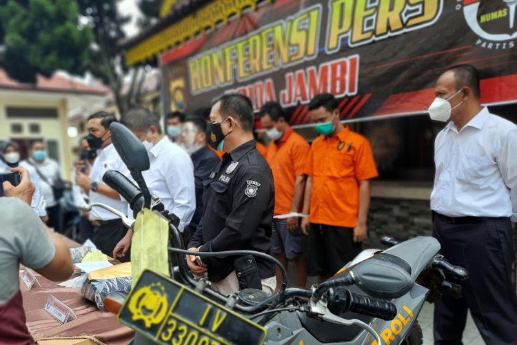 Ditresnarkoba Polda Jambi saat jumpa pers mengenai kasus narkoba. Pengedar sabu menggunakan sepeda motor yang menyerupai kendaraan polisi untuk melancarkan aksinya.