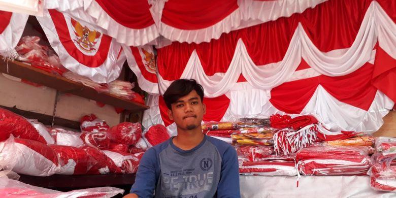 Arief (19) pedagang pernak-pernik khas hari kemerdekaan di Pasar Jatinegara, Jakarta Timur, Senin (13/8/2018).