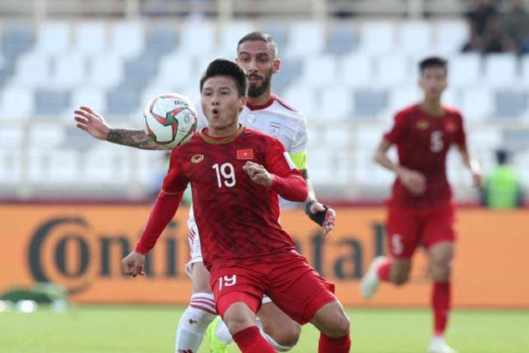 Nguyen Quang Hai dikawal Ashkan Dejagah pada laga Vietnam vs Iran dalam pertandingan fase grup Piala Asia 2019, 12 Januari 2019. Timnas Vietnam lolos ke babak 16 besar sebagai salah satu tim peringkat ketiga terbaik.
