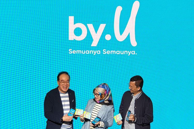 Direktur Utama Telkomsel Emma Sri Martini (tengah) dan Tribe Leader By.U Trio Lumbantoruan (kanan) dalam acara peluncuran kartu perdana digital By.U di Jakarta, Kamis (10/10/2019).