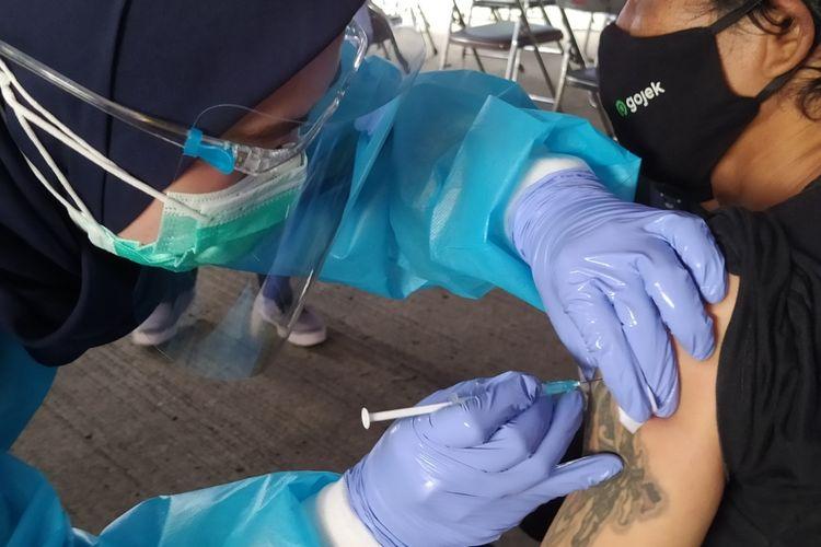 Salah seorang pengemudi ojek online yang menerima vaksin CoronaVac dosis pertama pada vaksinasi Covid-19 tahap dua di Terminal Poris Plawad, Kota Tangerang, Banten, pada Kamis (4/3/2021) pagi.