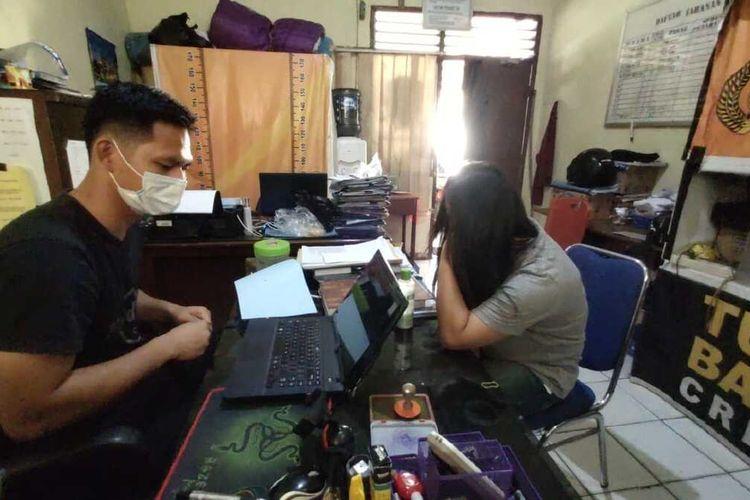HL (30) PSK yang melarikan motor pelanggan karena tak bayar usai berkencan saat menjalani pemeriksaan di Polsek Sukarami, Palembang, Rabu (30/9/2020).