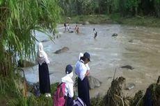 Kisah Pelajar di Polewali Bertaruh Nyawa Menyeberangi Sungai demi Sekolah...