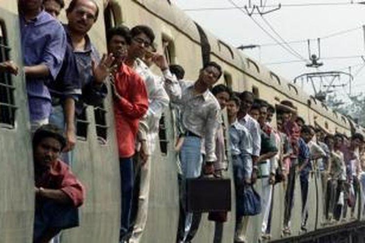 Kereta api adalah salah satu moda transportasi terpenting di India.