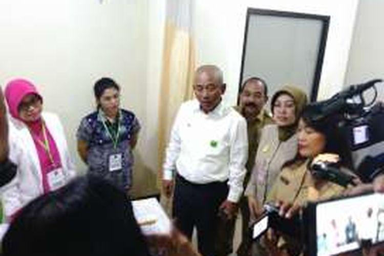 Wali Kota Bekasi, Rahmat Effendi meninjau pelaksanaan vaksin ulang pasien kasus vaksin palsu RS Elisabeth. Rahmat meninjau pelaksanaan vaksin ulang itu di RS Rawa Lumbu. Selasa (26/7/2016)