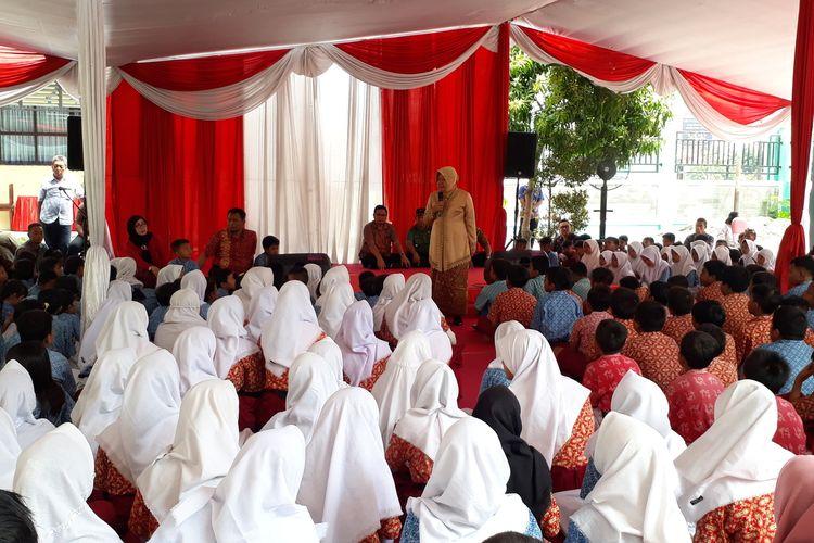 Wali Kota Surabaya Tri Rismaharini memberikan pengarahan kepada para siswa di SDN Krembangan Selatan III, Surabaya, Jawa Timur, Rabu (15/1/2020).