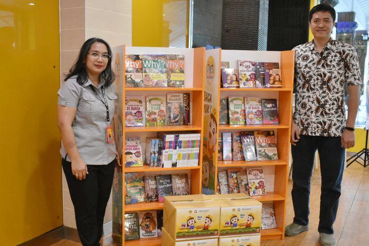 Manager Communication PT Eka Bogainti, Kartina Mangisi (kiri) dan Elex Fiction and Non Books Manager PT Gramedia Asri Media, Ida Bagus Kade Syumanjaya, dalam peluncuran program CSR literasi Hokben.