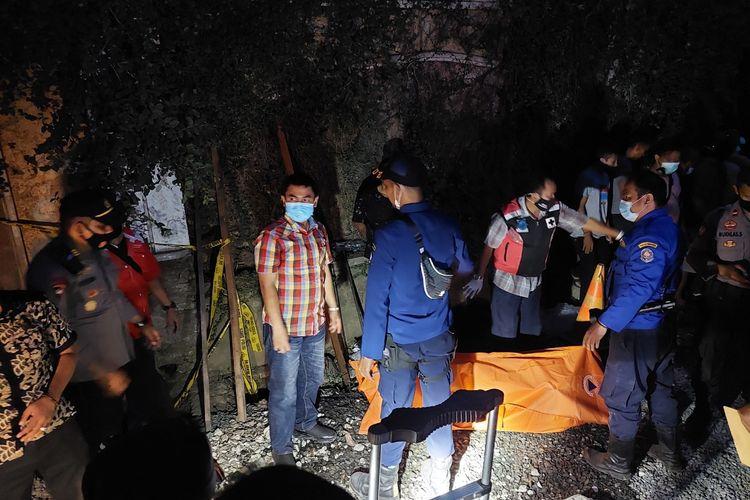 Proses evakuasi korban yang ditemukan tewas di gorong-gorong yang terletak di Jalan Taman Royal, Cipondoh, Kota Tangerang. Evakuasi dilakukan pada Kamis (7/10/2021) pukul 17.10 WIB-18.18 WIB.