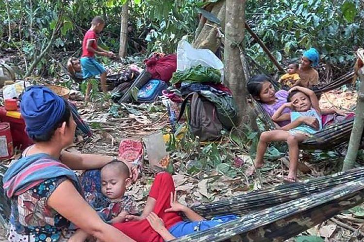 Foto yang dirilis organisasi kemanusiaan Free Burma Rangers menunjukkan warga desa Karen mengungsi ke hutan karena serangan udara di area Deh Bu Noh, Distrik Papun, pada 28 Maret 2021.