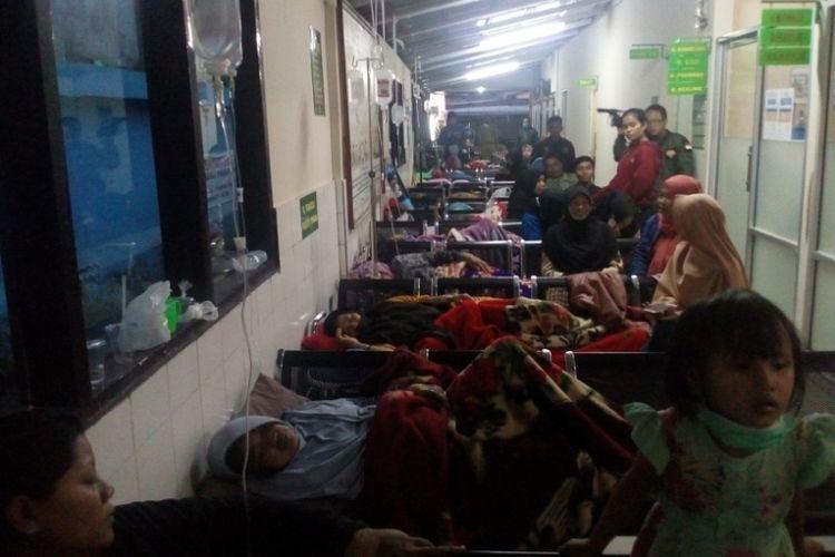 Selasar Puskesmas Malangbong yang biasa jadi empat tunggu pasien dijadikan tempat perawatan warga yang terkena dampak keracunan makanan, Selasa (6/3/2018).