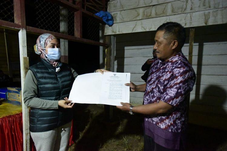 Bupati Luwu Utara (Lutra) Indah Putri saat Indriani menyerahkan Surat Keputusan (SK) secara langsung kepada 57 orang terdaftar program Sarjana Mengajar, Sabtu (12/06/2021) di Unit Pelaksana Teknis (UPT) Sekolah Dasar Negeri (SDN) 072 Seko, Luwu Utara, Sulawesi Selatan (Sulsel).