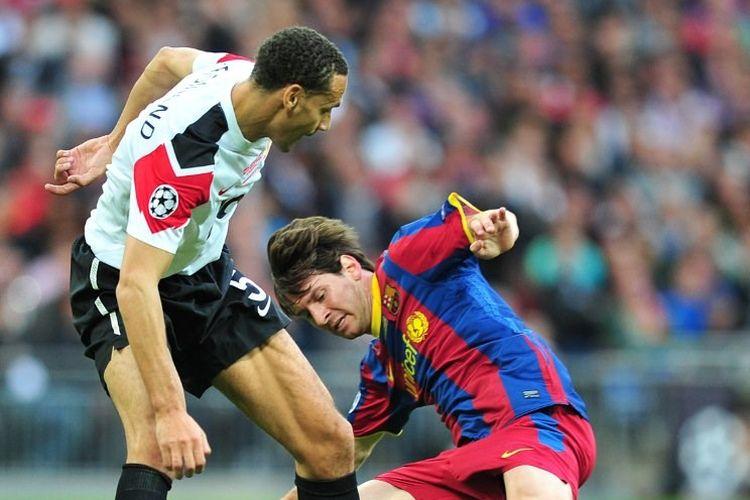 Bek Manchester United, Rio Ferdinand, berebut bola dengan penyerang Barcelona, Lionel Messi, pada laga final Liga Champions 2010-2011 di Stadion Wembley, 28 Mei 2011.