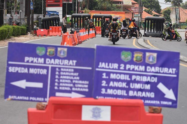 Warga mengendarai motor melintasi di Pos Penyekatan Mobilitas Masyarakat pada PPKM Darurat di Jalan Raya Bogor, Jakarta, Selasa (20/7/2021). Mobilitas warga di kawasan aglomerasi terpantau lebih rendah dibandingkan di hari biasa masa PPKM Darurat menyusul himbauan Menteri Agama untuk membatasi aktivitas warga untuk bepergian atau mudik pada Hari Raya Idul Adha. ANTARA FOTO/Indrianto Eko Suwarso/foc.