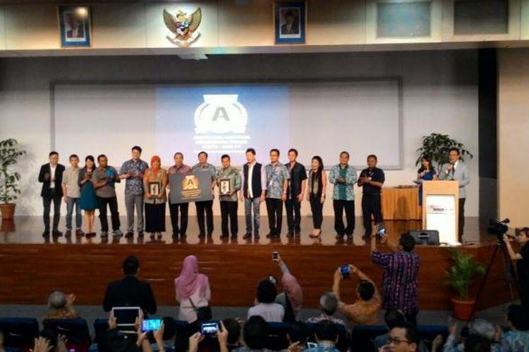 Prof Harjanto Prabowo, Rektor Binus University (tengah), usai menerima penyerahan akreditasi institusi perguruan tinggi (AIPT) dari Badan Akreditasi Nasional Perguruan Tinggi (BAN-PT), Selasa (24/1/2017), di Kampus Binus Anggrek.