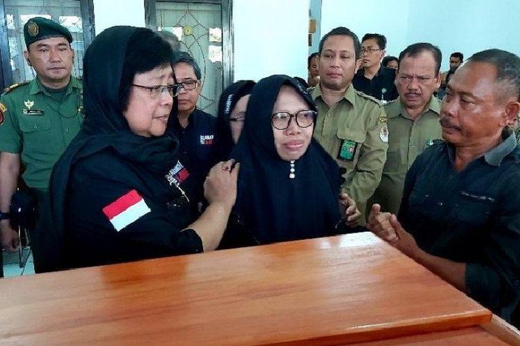 Menteri LHK Siti Nurbaya melepas dan menyerahkan jenazah stafnya kepada keluarga di Kantor Balai TN Sebangau untuk dimakamkan. Almarhum meninggal karena kecelakaan air speedboat di Sungai Sebangau di Palangkaraya, Selasa, (10/3/2020).