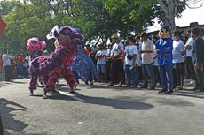 Daftar ke KPU, Paslon Wali Kota Mataram Selly-Manan Diiringi Atraksi Multi Etnis