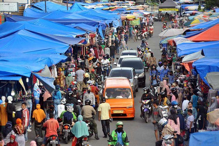 Warga berbelanja berbagai kebutuhan lebaran saat masa PSBB di Pasar Raya Padang, Sumatera Barat, Senin (18/5/2020). Pusat perbelanjaan tradisional terbesar di kota itu kini kembali dibuka menjelang Lebaran setelah beberapa waktu lalu ditutup untuk dilakukan penyemprotan karena sejumlah pedagang tercatat positif Covid-19 hingga 81 orang.