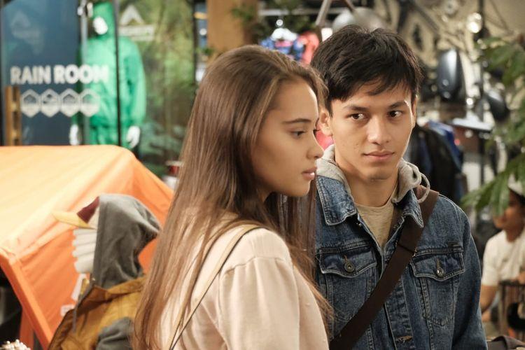 Jefri Nichol dan Aurora Ribero dalam film Seperti Hujan yang Jatuh ke Bumi