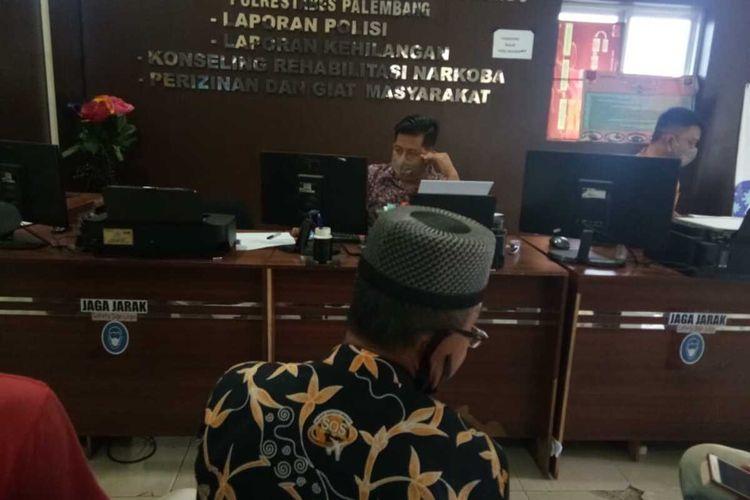 Yusman Gumanti yang merupakan ketua RT 21 yang melaporkan M Nuh Anhar, ketua RT 28, Kelurahan 20 Ilir, Kecamatan Ilir Timur I, Palembang, Sumatera Selatan ke polisi lantaran dituduh telah membagikan 10 kupon daging kurban palsu, Selasa (11/8/2020).