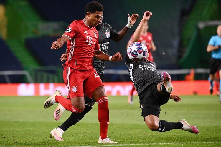 Gelandang Bayern Muenchen Serge Gnabry (kiri) dijaga bek Lyon Marcal dalam pertandingan semifinal Liga Champions antara Lyon vs Bayern Muenchen di Stadion Jose Alvalade di Lisbon pada 19 Agustus 2020.