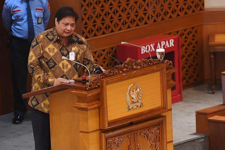 Menko Perekonomian Airlangga Hartarto menyampaikan pendapat akhir pemerintah saat pembahasan tingkat II RUU Cipta Kerja pada Rapat Paripurna di Kompleks Parlemen, Senayan, Jakarta, Senin (5/10/2020). Dalam rapat paripurna tersebut Rancangan Undang-Undang Cipta Kerja disahkan menjadi Undang-Undang.