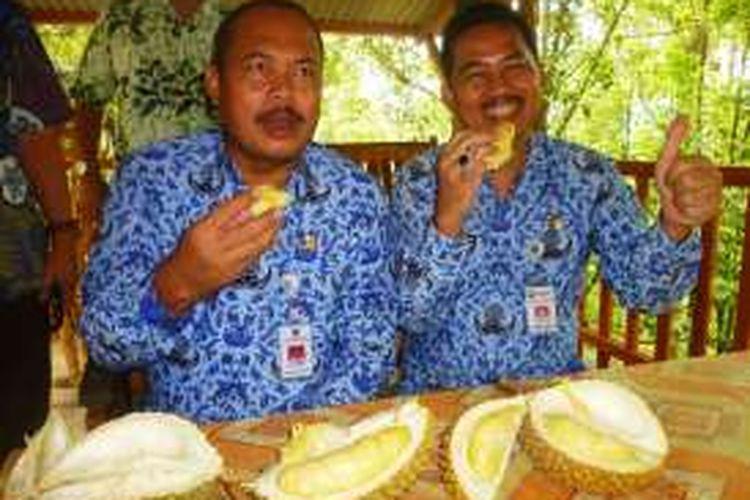 Penjabat (Pj) Bupati Semarang Sujarwanto Dwiatmoko (kiri) dan Sekda Gunawan Wibisono (kanan) saat mencicipi durian vera di desa Brongkol, Jambu, Kabupaten Semarang, Jawa Tengah, Kamis (28/1/2016).