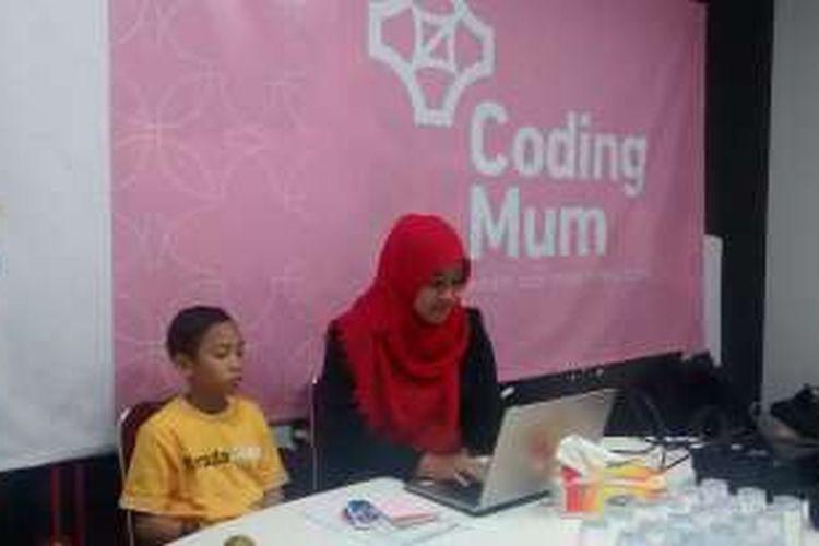 Sanya Fatchi (27) tengah mengikuti pelatihan Coding Mum di Digital Lounge Telkom Malang, Kamis (31/3/2016).