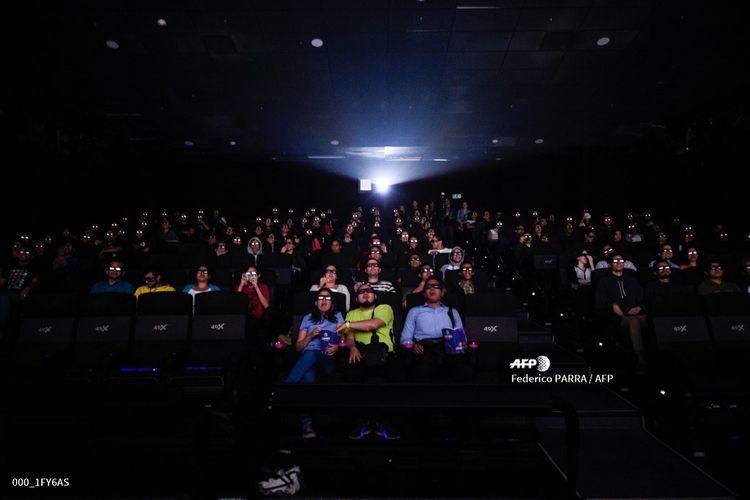 Warga Venezuela menonton pemutaran perdana film Avengers: Endgame di sebuah bioskop di Caracas, Jumat (26/4/2019). Di Venezuela, Endgame diputar pada pagi hari untuk menyiasati lampu mati yang sering terjadi pada malam hari selain karena masalah keamanan.