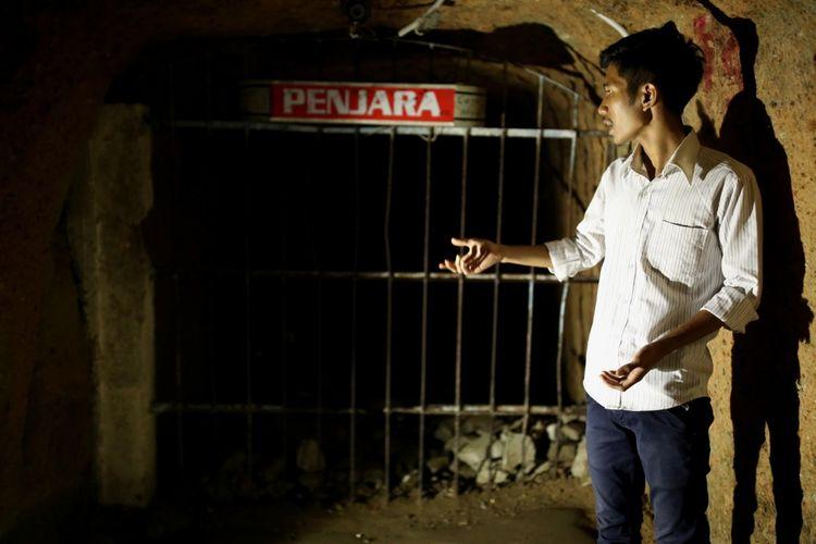 Ahmed, pemandu wisatawan menjelaskan fungsi ruang dan bentuk lubang di wisata Lobang Jepang di Taman Panorama, Bukittinggi, Sumatera Barat, Minggu (30/4/2017). Lobang Jepang saat ini dibuka untuk umum sebagai tempat wisata, dengan total panjang 1,5 kilometer yang dapat dijelajah wisatawan.