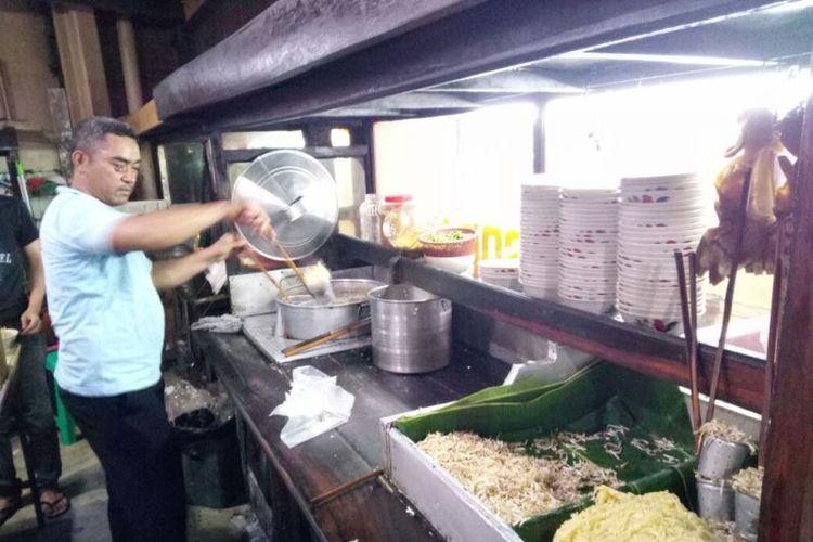 Mih Kocok? Mang Dadeng, tempat makan mie kocok di Jalan Banteng (KH.Ahmad Dahlan) No. 67 ini memiliki ciri khas di bumbu spesial yang merupakan rahasia keluarga. Ada 27 bumbu rempah yang digunakan.