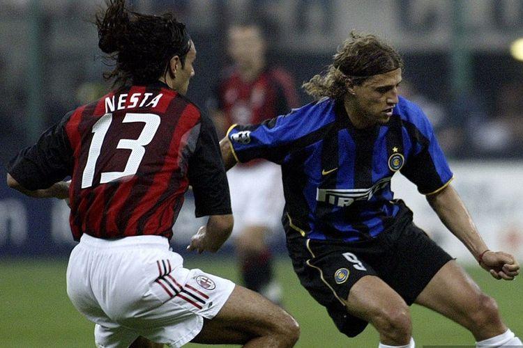 Striker Inter Milan, Hernan Crespo, berduel bersama bek AC Milan, Alessandro Nesta, pada laga leg pertama semifinal Lgia Champions pada 7 Mei 2003.