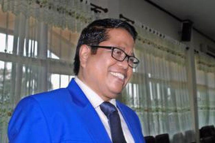 Muhdlar Abdullah, bekas wakil ketua DPRD Pamekasan yang hingga kini masih memakai mobil dinas meskipun sudah dipecat dari keanggotaannya sebagai DPRD Pamekasan dari Partai Bulan Bintang (PBB) karena loncat partai ke Nasdem.