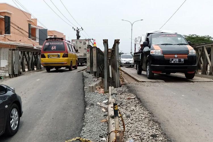Jembatan bailey yang dibangun Kementerian PUPR sebagai jembatan darurat akibat Jembatan Jalan Raya Pacing, Kedungwaringin, Kabupaten Bekasi, ambles usai luapan Sungai Citarum pada akhir Februari 2021.
