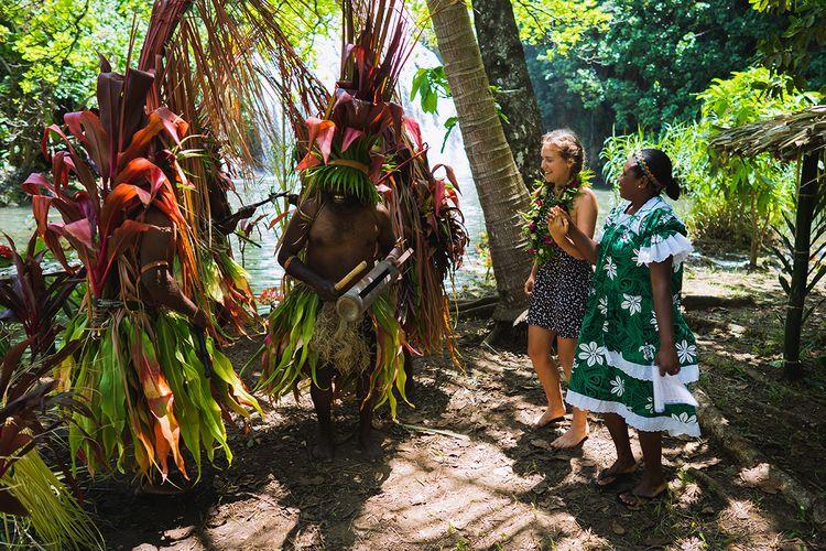 Ilustrasi Vanuatu - Wisatawan disambut oleh warga lokal Vanuatu.
