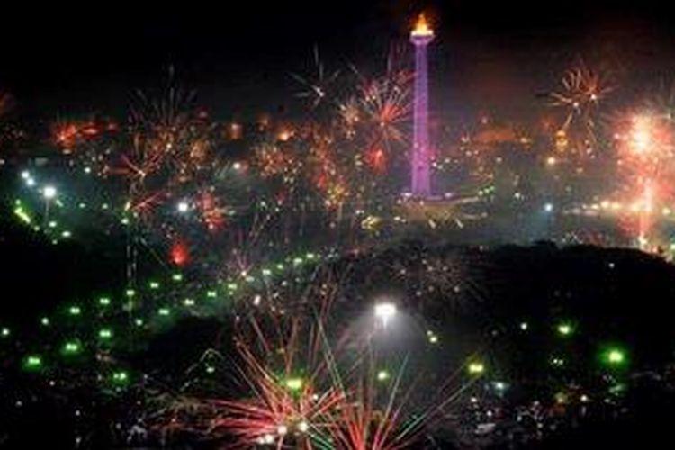 Pesta kembang api di kawasan Monumen Nasional (Monas), Jakarta, Selasa (1/1/2012), saat menyambut tahun baru 2013. KOMPAS/HENDRA A SETYAWAN