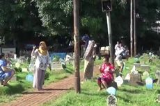Warga Berjemur di TPU Prumpung demi Tingkatkan Daya Tahan Tubuh