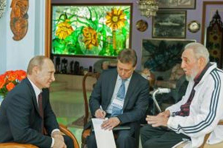 Presiden Rusia Vladimir Putin bertemu dengan mantan pemimpin Kuba Fidel Castro saat berkunjung ke Kuba, Sabtu (12/7/2014).
