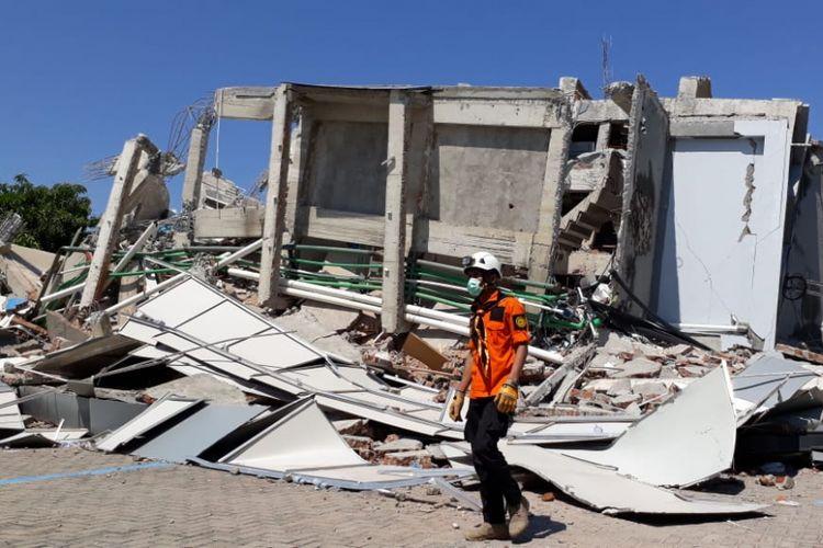Hotel Roa Roa di kawasan Maesa di Kelurahan Lolu Timur, Kota Palu, luluh lantak dihantam rangkaian gempa yang melanda Sulawesi Tengah. Puluhan tamu belum diketahui nasibnya.