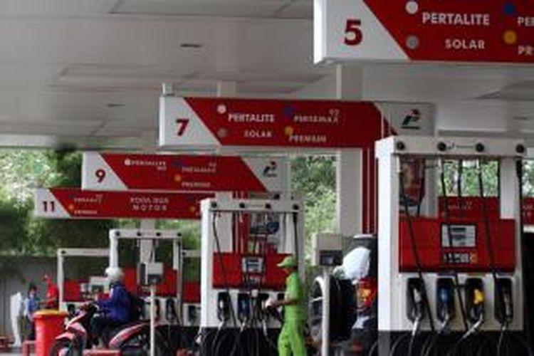 Alat pengisi bahan bakar minyak jenis baru, Pertalite RON 90, di SPBU Coco, Jalan Abdul Muis, Jakarta Pusat, Rabu (22/7/2015). PT Pertamina (Persero) akan menjual Pertalite RON 90 pertama kali pada Jumat, 24 Juli mendatang di Jakarta, Bandung, dan Surabaya.