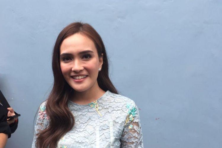 Shandy Aulia seusai menjalani sesi bincang-bincang dalam program Rumpi di Gedung Trans, Mampang Prapatan, Jakarta Selatan, Jumat (28/7/2017).