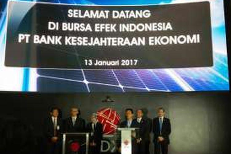 Presiden Direktur PT Bank Kesejahteraan Ekonomi Sasmaya Tuhuleley, di Bursa Efek Indonesia, Jakarta, Jumat (13/1/2017).