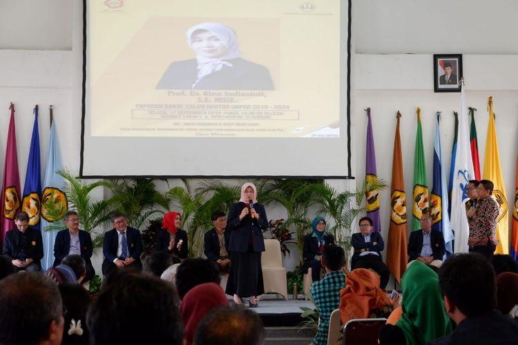 Salah satu bakal caon rektor Unpad tengah menyampaikan gagasannya dalam acara Paparan Bakal Calon Rektor Unpad 2019-2024 di kampus Unpad, Jalan Dipatiukur Bandung, Selasa (17/9/2019).